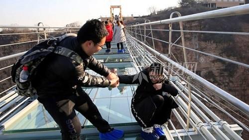 """外媒介绍中国悬跨式玻璃索桥:""""只有最勇敢的人才能走完"""""""