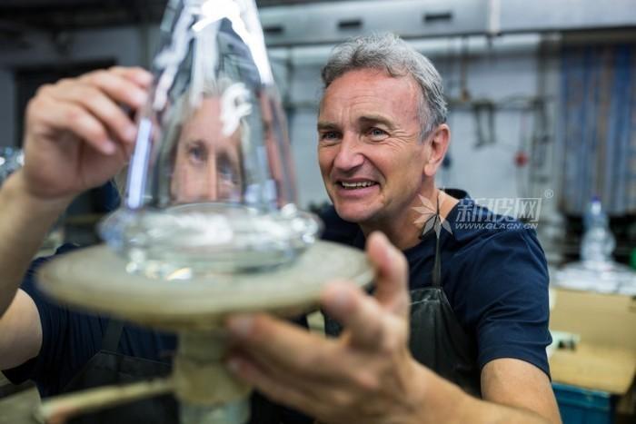 科学家采用金属有机化合物打造出新型玻璃