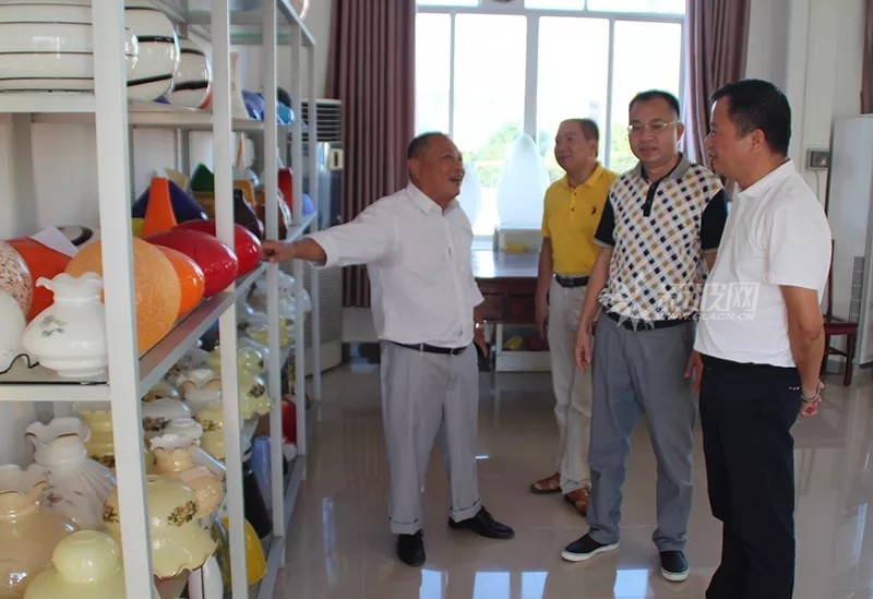 卢锦标到县西江玻璃灯具有限公司走访调研