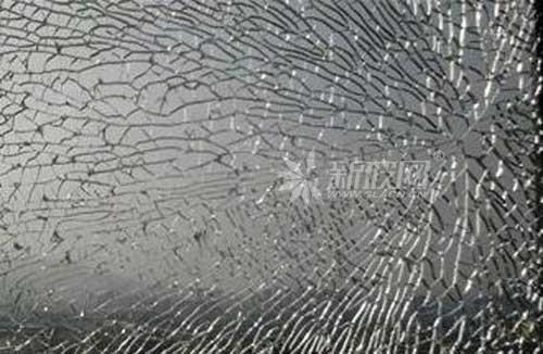玻璃钢化过程中造成碎片状态不合格的原因是什么?