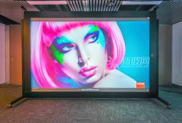 巴可发布全新柔性玻璃幕:柔韧便携,出色视觉显示体验
