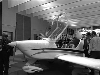 """进博会上""""网红""""小飞机 玻璃用作鼓面可随意敲打"""